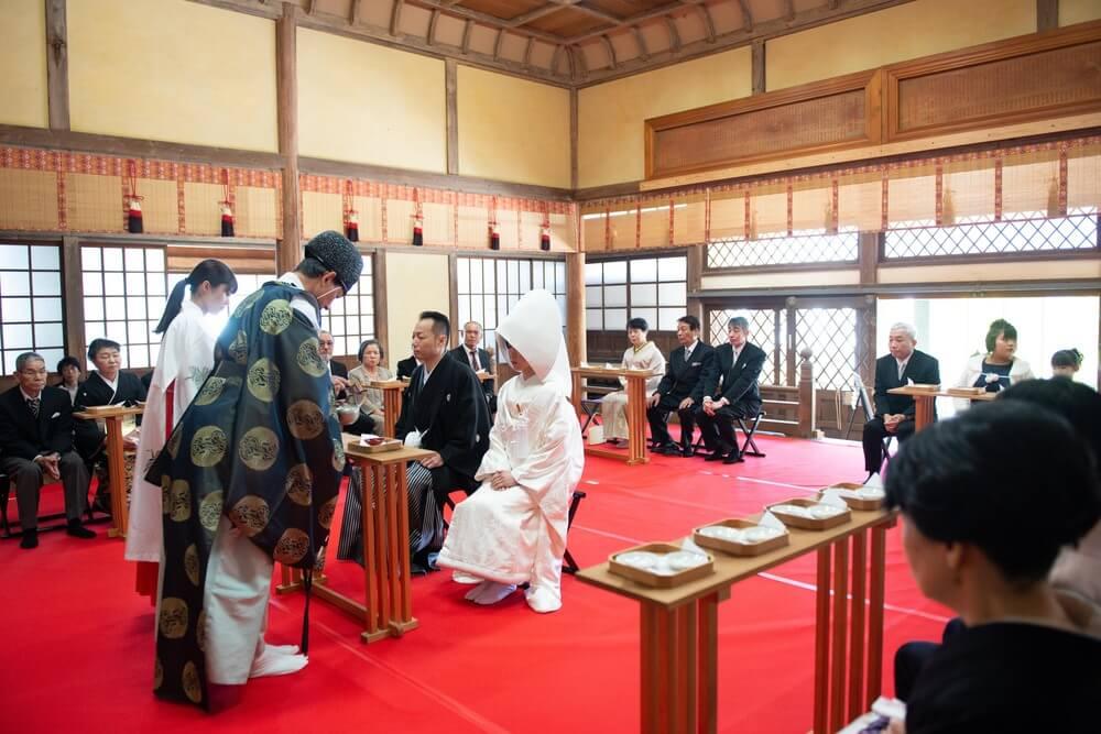 ちいさいころから通ってきた神社やお二人がいつも参拝していた神社での本格的な神前挙式が再注目されています。