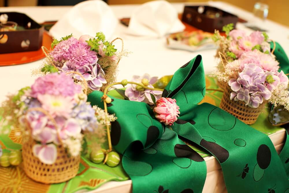 和の雰囲気を生かしながらも洋風な種類のお花を入れたり、花器には竹や水引、帯などを使いながらも花材には洋風のお花を加えるとよりモダンでお洒落な雰囲気になりますね。