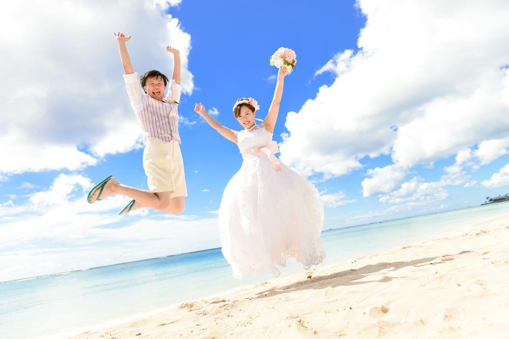 青い海と白い砂浜でのビーチフォトから、ダイヤモンドヘッドなどの雄大な大自然の中で撮るネイチャーフォト、ハワイの街中や教会など、ハワイらしい風景をバックに撮るシティフォトも人気です。